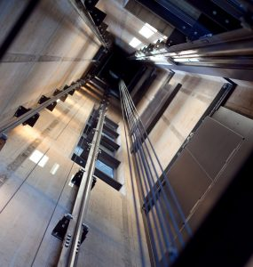 Asansör Düşerken Zıplarsak Ne Olur?