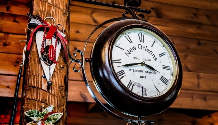 Zamanın Ötesinde Dekorasyon; Ayaklı Saatler